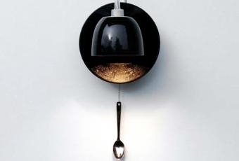 Причудливый настенный светильник созданный из чашки, блюдца и ложки.